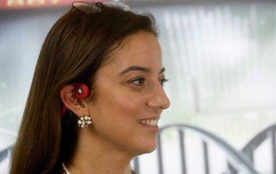 """Kablosuz kulaklık işitme engellilere """"ses"""" oldu"""